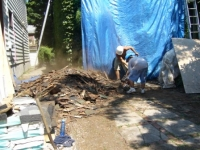 CHRIS AND TONY CLEANING ELLIOTT.JPG